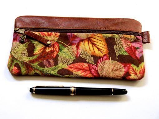 Federmäppchen, Leder rotbraun, groß Stoff Herbstblätter gold, Niete Altmessing