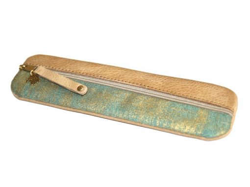 Federmäppchen, gewachstes Leder, hellbraun, Stoff grün gold Batik