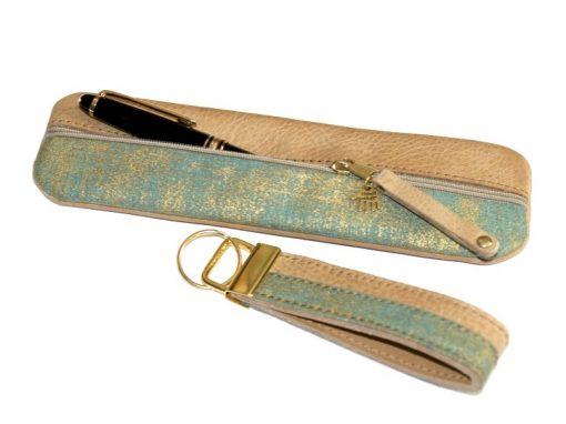 Federmäppchen, gewachstes Leder, hellbraun, Stoff grün gold Batik SChlüsselband