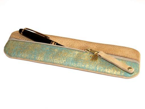 Federmäppchen, gewachstes Leder, hellbraun, Stoff grün gold Batik goldene Niete